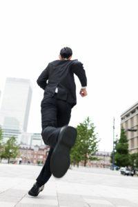 走り出すスーツの男性