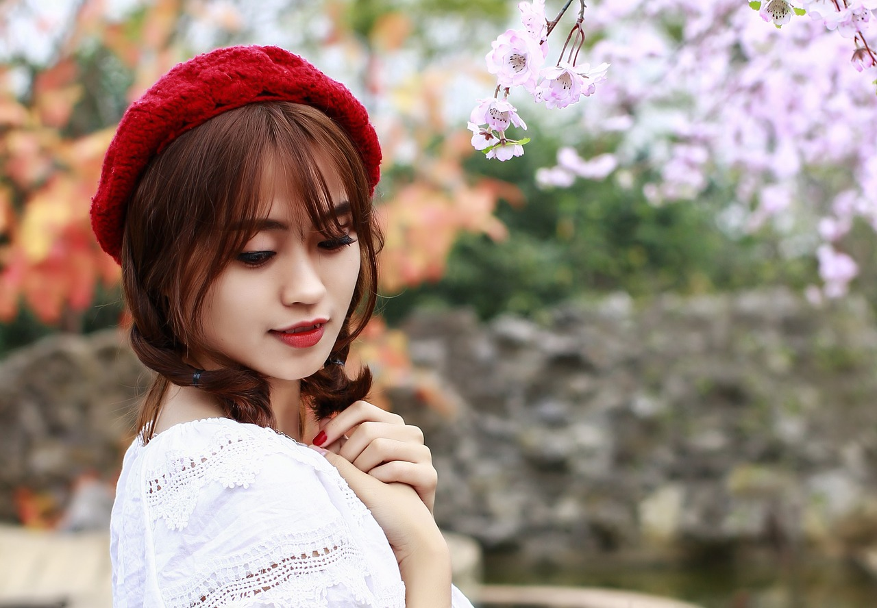 桃の花と若い女性